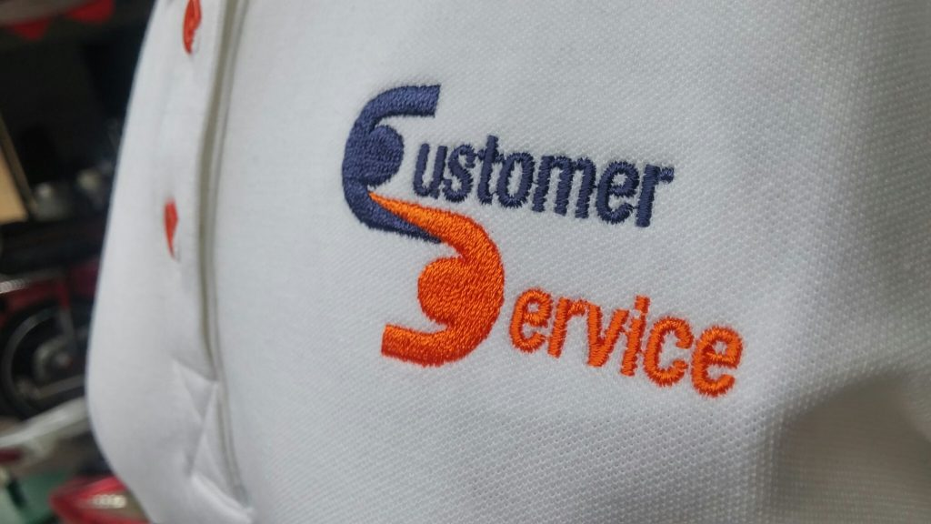 Mẫu áo thun đồng phục trắng của bộ phân chăm sóc khách hàng thuộc công ty ABS